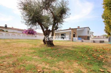 maison a vendre a empuriabrava, secteur résidentiel,  aperçu du terrain entretenu