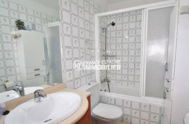 empuriabrava immobilier: villa 54 m², salle de bain avec vasque, baignoire et wc