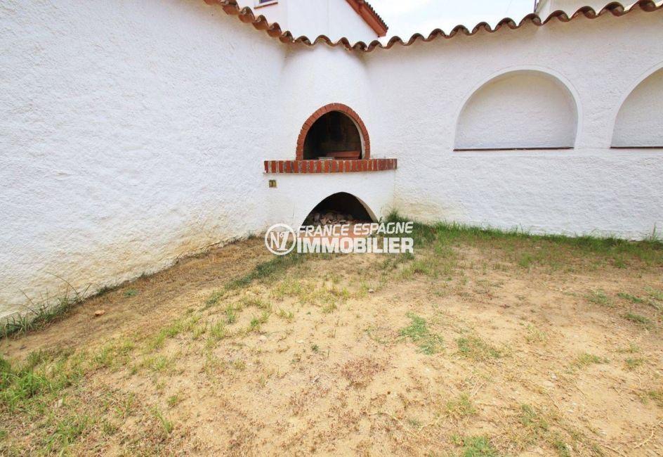 maison a vendre espagne, piscine, aperçu du barbecue en pierre grand terrain