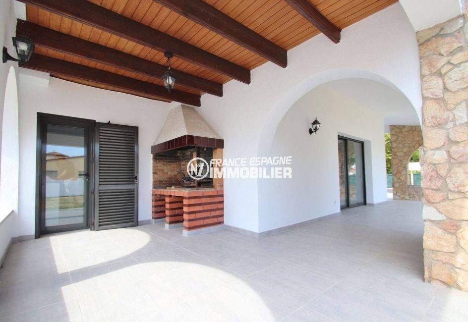 agence empuriabrava: villa 254 m², terrasse avec arcades semi ouverte, barbecue en pierre