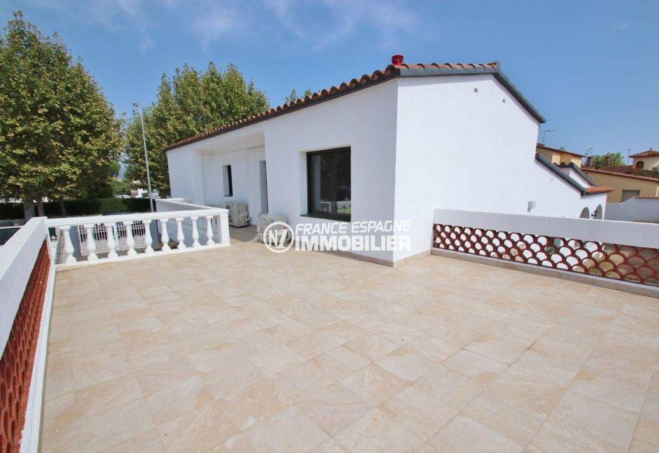 maison à vendre à empuriabrava, proche plage, terrasse de 40 m² accès salle d'eau