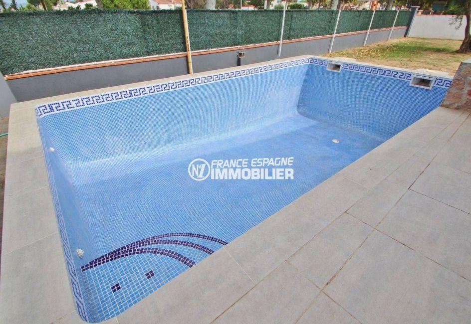 maison a vendre espagne costa brava, secteur résidentiel, aperçu de la piscine 8 m x 4 m