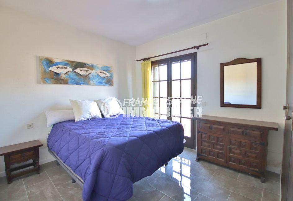 appartement empuria brava, 2 pièces 40 m², chambre à coucher lumineuse, lit double