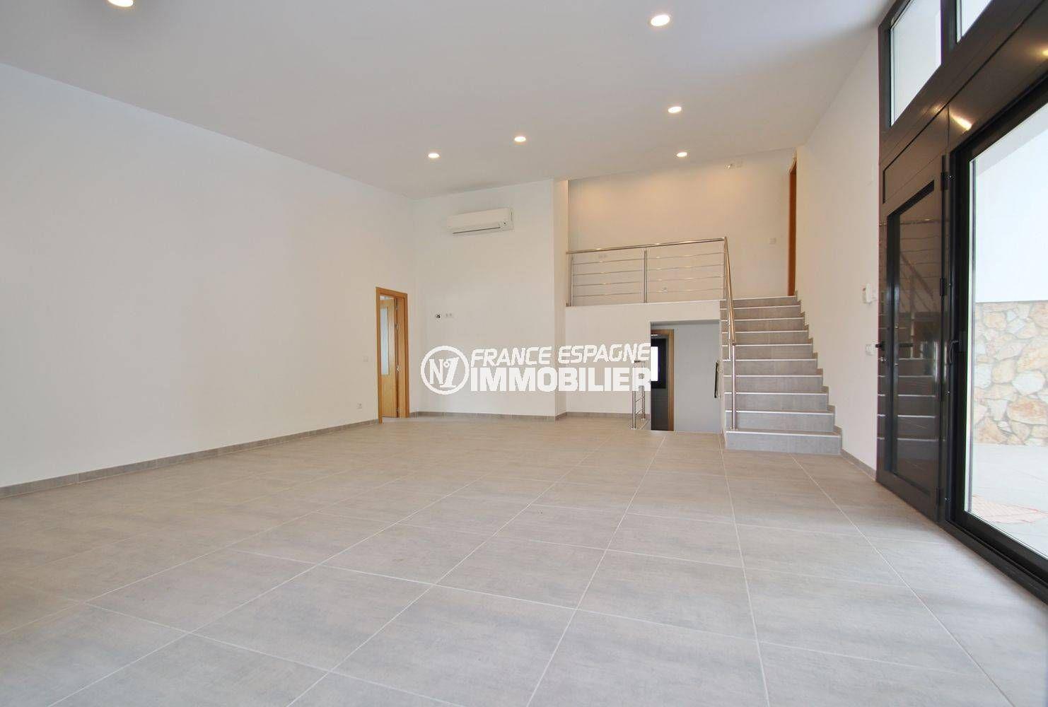 la costa brava: villa 234 m², aperçu du spacieux salon / séjour accès extérieur