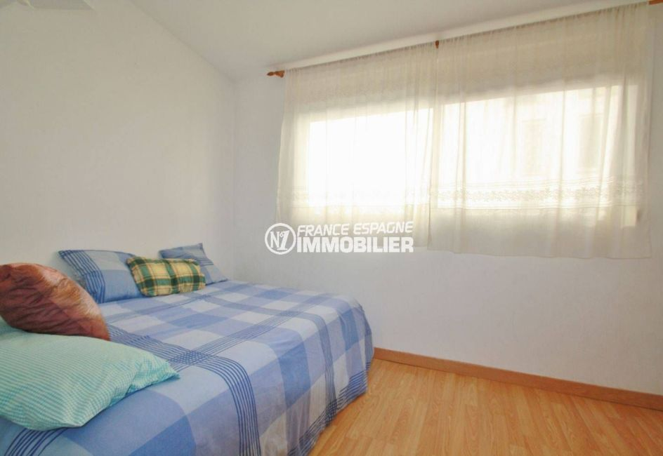 agence empuriabrava: villa 54 m², deuxième chambre en enfilade avec lit doubele