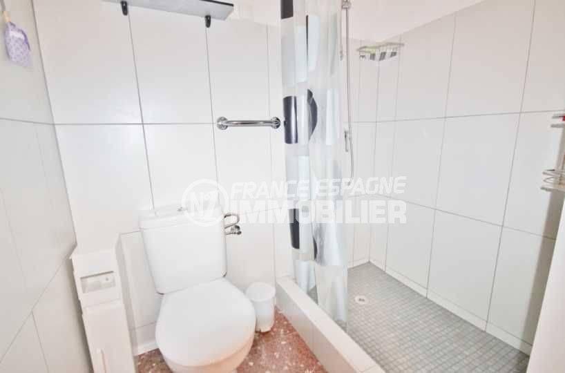 agence immobilière rosas: appartement ref.3598, salle d'eau - vue douche & toilettes