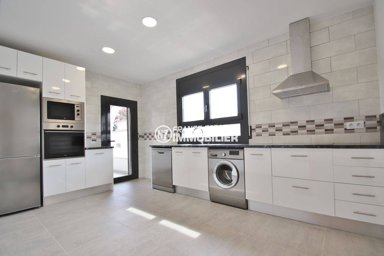 acheter maison costa brava, secteur résidentiel, cuisine indépendante équipée et fonctionnelle