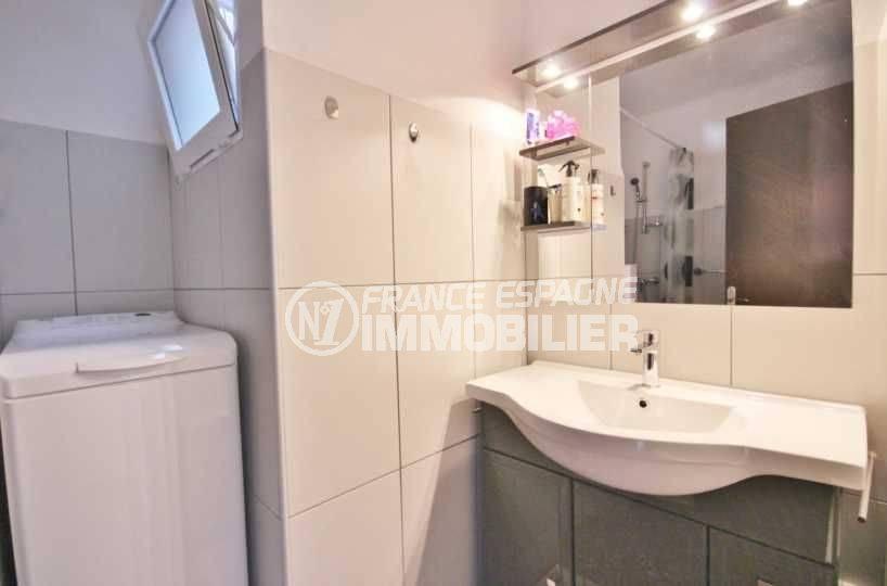 immobilier espagne costa brava: appartement ref.3598, salle d'eau - vue vasque & miroir, emplacement lave linge