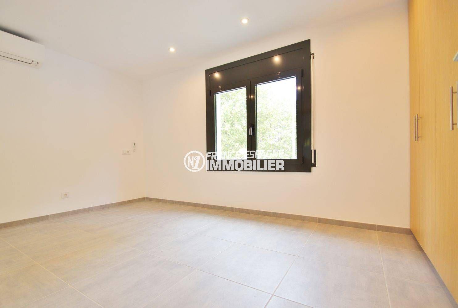 vente immobilier costa brava: villa 234 m², première suite parentale lumineuse avec placards