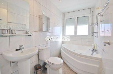 agence immobiliere costa brava: villa contemporaine, salle de bains de la suite parentale