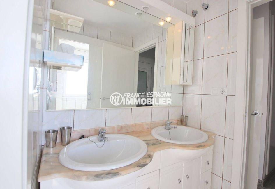 roses espagne: villa récente, salle d'eau avec douche, douche vasque et wc