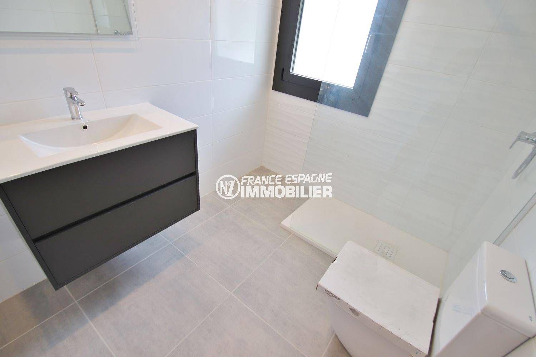 vente immobilière costa brava: villa 234 m², salle d'eau avec douche, vasque et wc