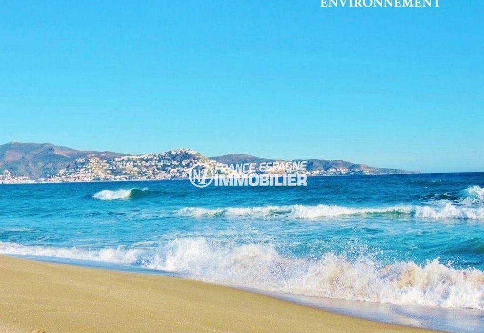 la plage de roses avec ses eaux transparentes et son sable fin