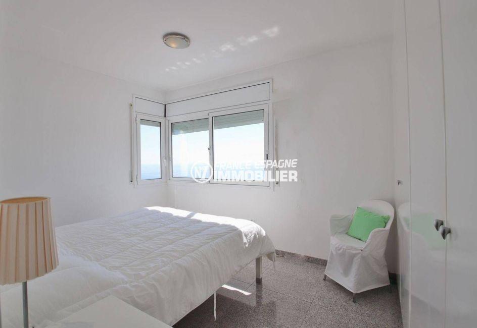 maison a vendre a rosas, piscine, première chambre avec lit double et placards