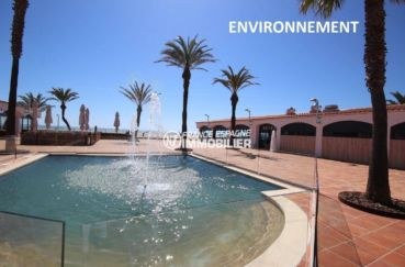 vue plongeante sur la fontaine de la place près de la plage à proximité
