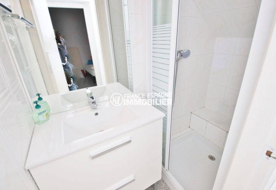 vente maison rosas espagne, secteur prisé, salle d'eau avec cabine de douche et vasque