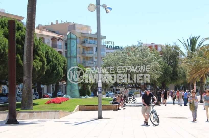 immobilier rosas espagne: appartement ref.3598, place proche plage et commerces aux environs