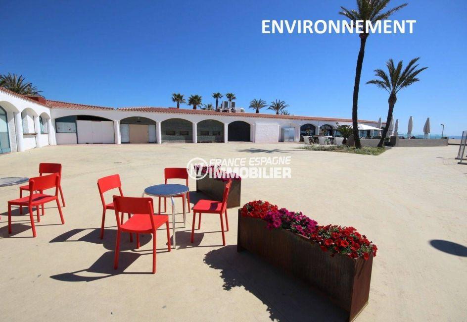 commerces et restaurants à proximité de la plage