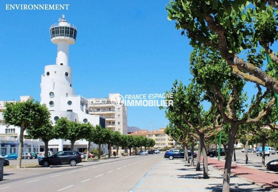 roses, la plage et de nombreux commerces et restaurants, parking public