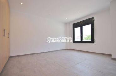 vente immobiliere costa brava: villa 234 m², deuxième chambre lumineuse avec placards