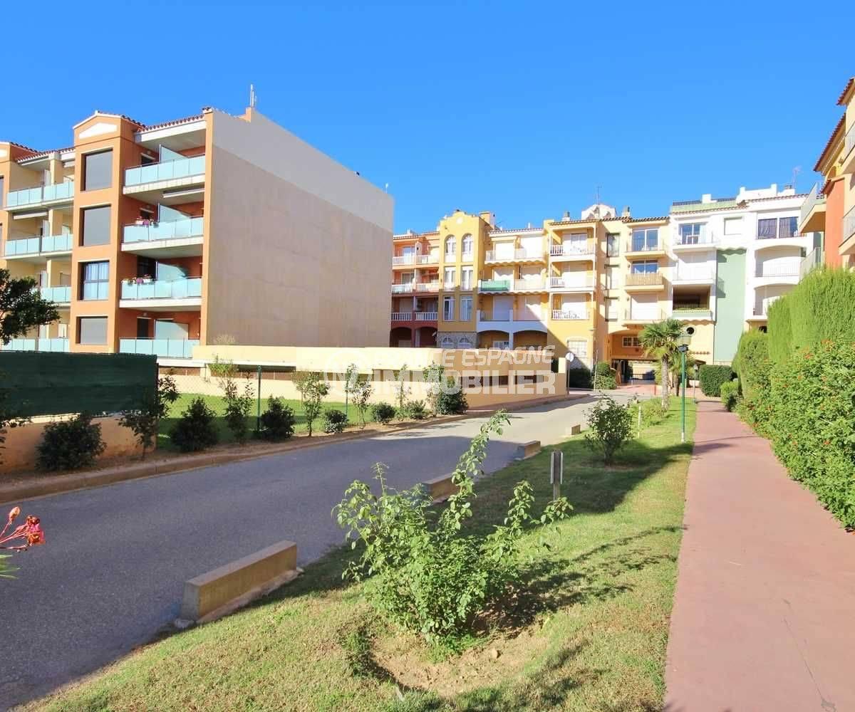 appartement a vendre costa brava, ref.3559, vue globale de la résidence pelouse et allées