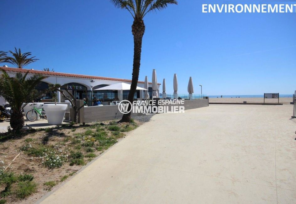 terrasse de restaurant avec vue sur la plage environnannte