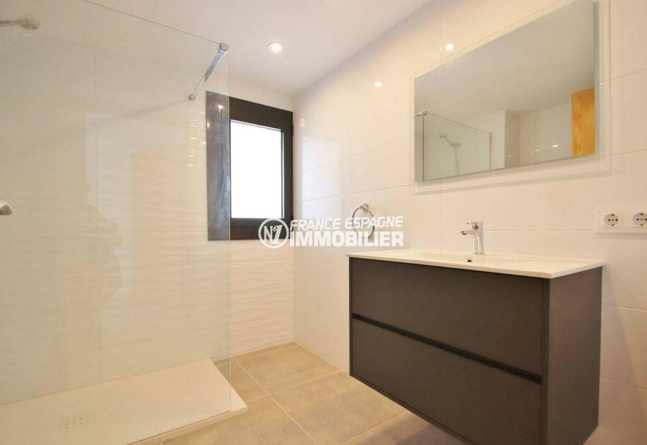 maison a vendre espagne catalogne, garage, troisième salle d'eau avec douche, vasque et wc
