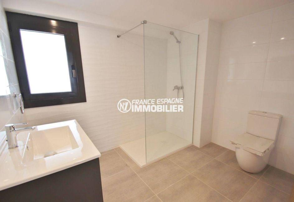 vente immobiliere espagne costa brava: villa moderne, salle d'eau attenante à la suite parentale