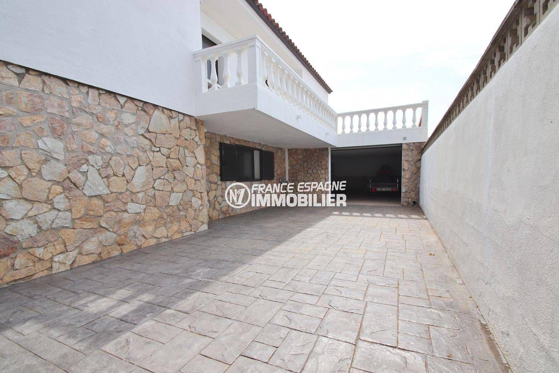 vente immobilière espagne costa brava: villa récente, aperçu du garage pour 2 voitures