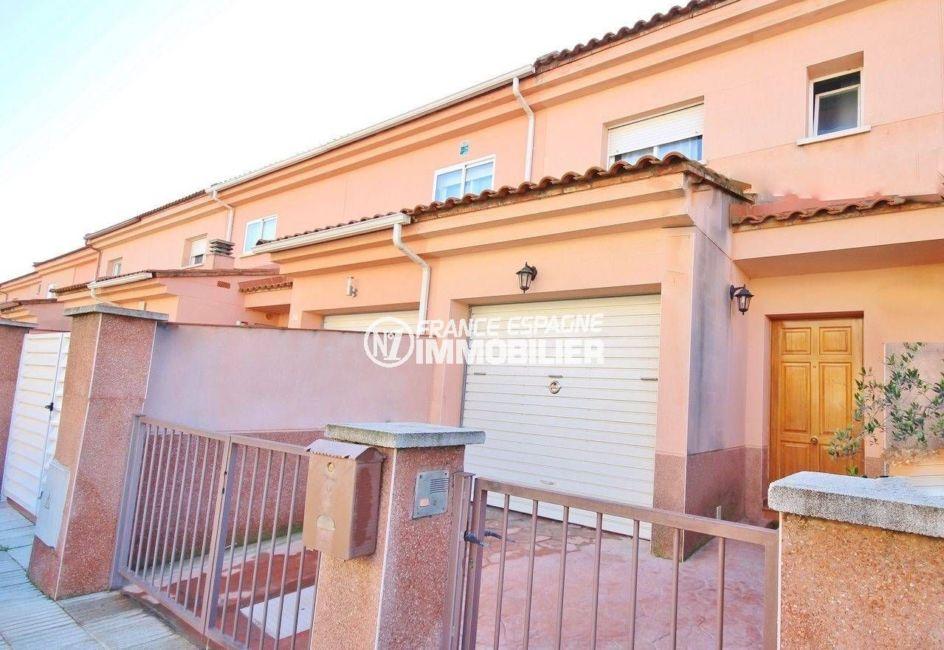 agence immobiliere empuriabrava: villa 96 m², aperçu de la façade et du portail extérieur