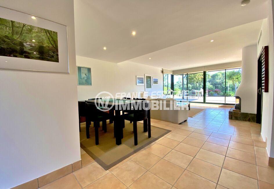 achat immobilier costa brava: villa 187 m², salon lumineux avec grand baie vitrée