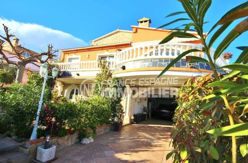 immo roses: villa ref.3616, vue sur la façade avec la terrasse et le garage