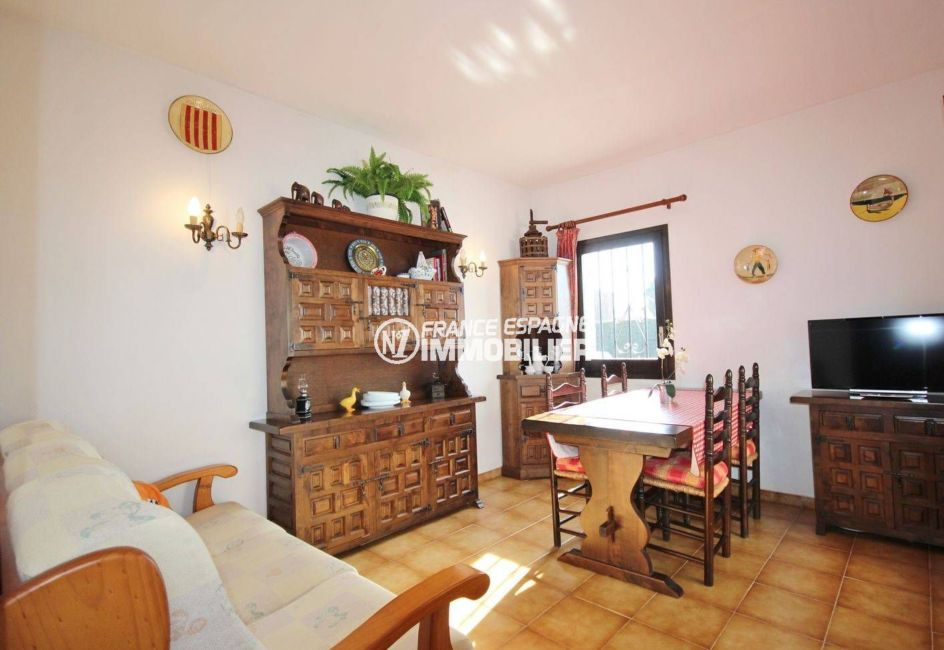 agence immobiliere costa brava: villa roses, salon / salle à manger vendu meublé
