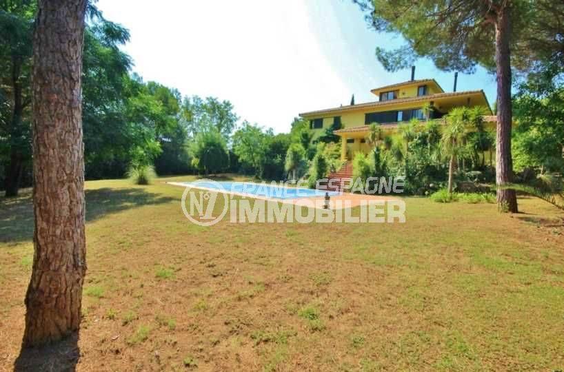 Vue villa Navatta golf avec beau terrain et piscine proche frontière