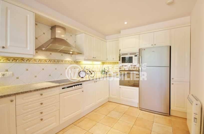 achat costa brava: villa ref.3621, cuisine fonctionnelle avec des rangements