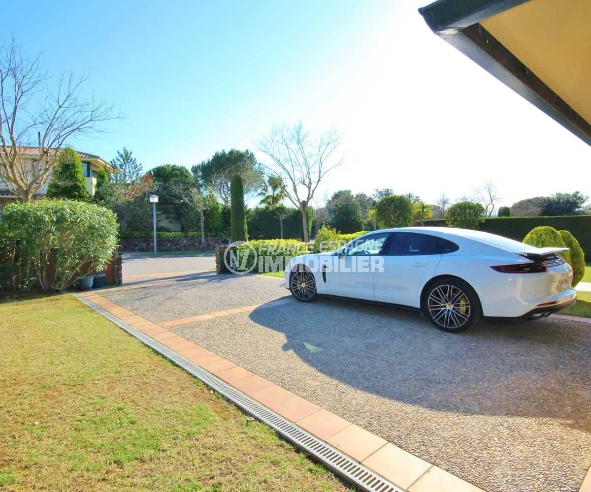 maison costa brava, ref.3621, vue sur l'entrée de la villa et le voisinage