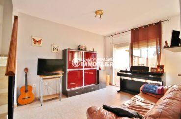 agence immobilière empuriabrava: villa 96 m², salon / séjour avec rangements accès extérieur