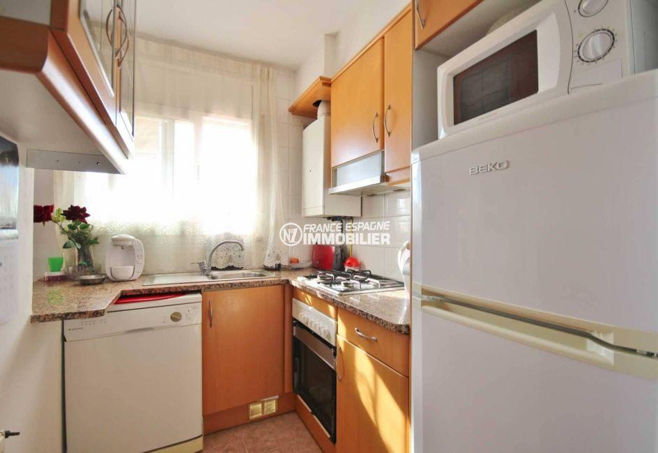 immobilier ampuriabrava: villa 96 m², cuisine indépendante équipée avec des rangements