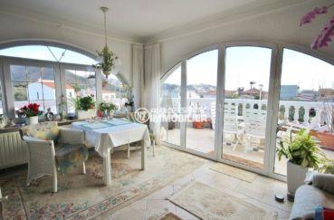 immo roses espagne: villa ref.3616, le séjour avec accès à la terrasse côté piscine