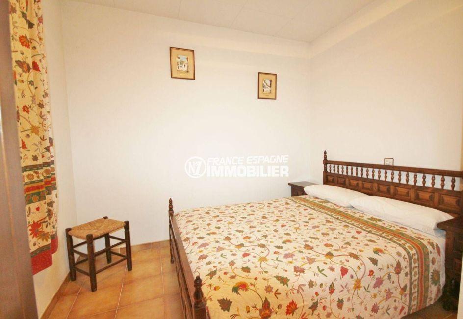 roses espagne: villa 84 m², première chambre avec lit double et rangements