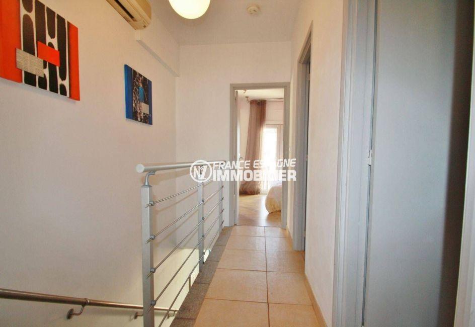 agence immo empuriabrava: villa ref.3607, couloir à l'étage amenant aux chambres