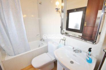 roses immobilier: villa 84 m², salle de bains avec baignoire, vasque et wc