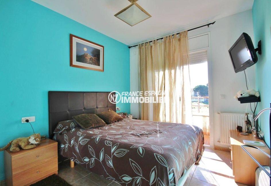 immobilier empuria brava: villa 96 m², première chambre avec lit double accès terrasse