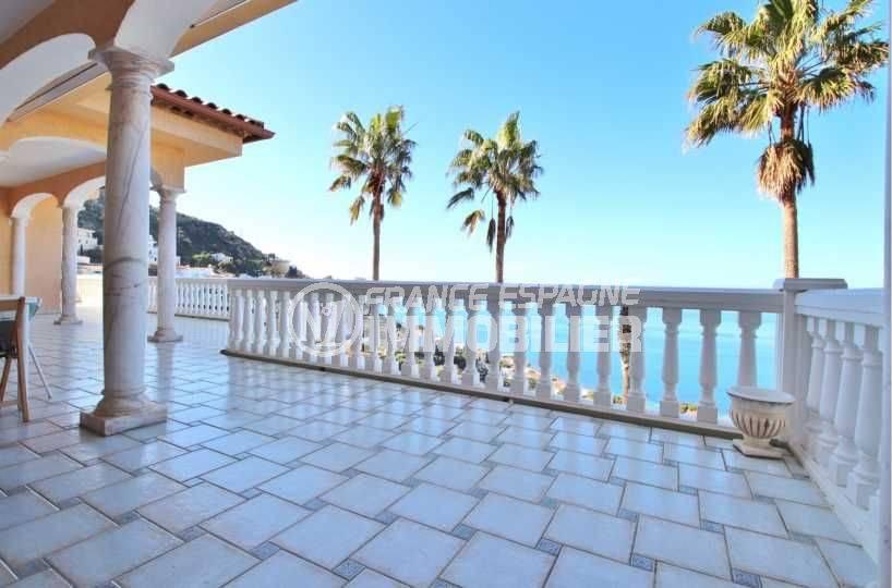 immo roses: villa ref.3614, aperçu de la terrasse avec les palmiers et la mer