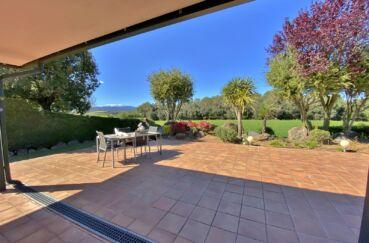 agence immobiliere costa brava: villa 187 m², terrasse arborée avec vue sur les montagnes