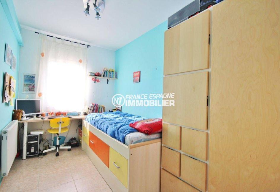 maison a vendre empuriabrava, garage, troisième chambre lumineuse avec lit simple et rangements
