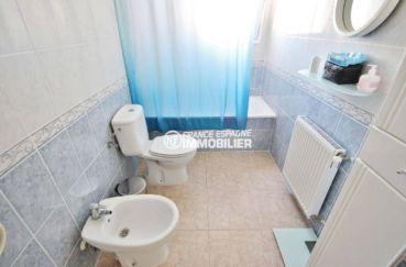 immobilier espagne costa brava: villa 96 m², salle de bains avec baignoire, lavabo et wc