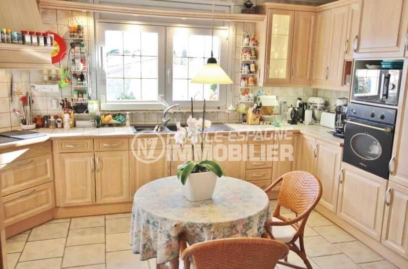 rosas immobilier: villa ref.3616, cuisine indépendante toute équipée avec des rangements