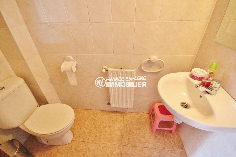 empuriabrava immobilier: villa 96 m², toilettes indépendantes avec lavabo
