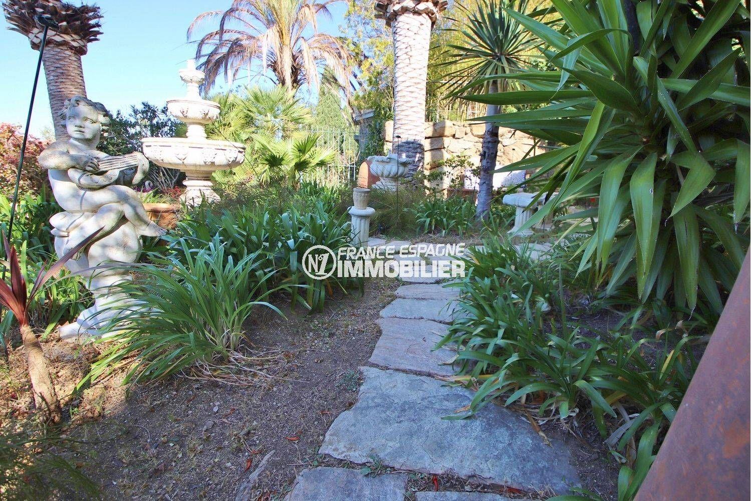 immobilier costa brava: villa ref.3614, végétation & statues décorent le jardin